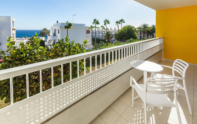 Doble familiar adaptada abora interclub atlantic by lopesan hotels gran canaria